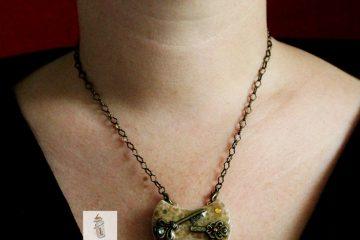 pendentif collier emaux de briare papillon beige et clés