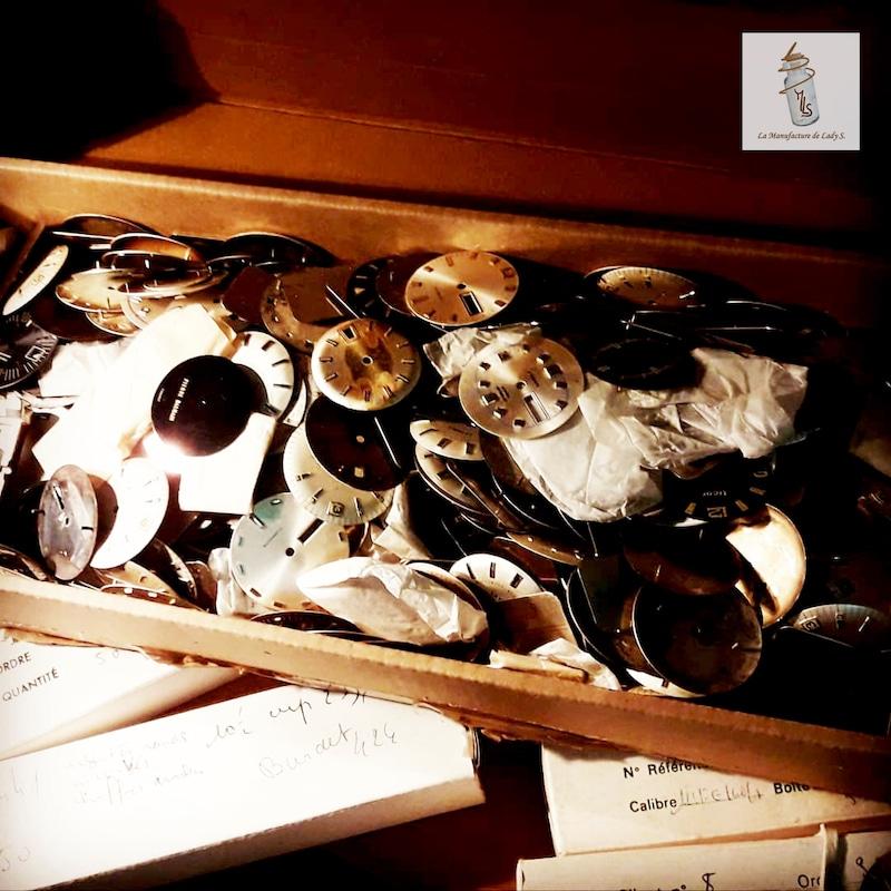 dans mon atelier pendant le confinement, je range mes cadrans de montre