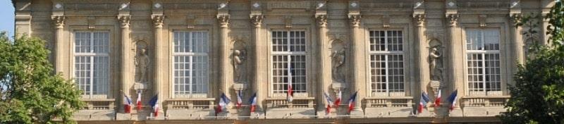 Statues sur la façade de la mairie d'Ivry