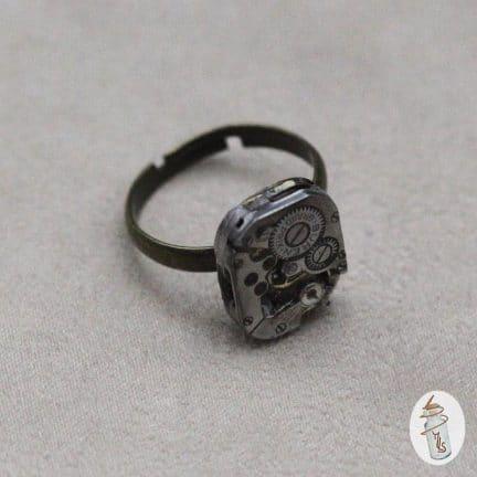 Bague mouvement de montre petit rectangle la Manufacture de Lady S. bijoux Steampunk