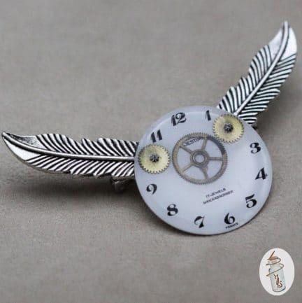 Broche cadran de montre ailé Steampunk la Manufacture de Lady S. bijoux Steampunk