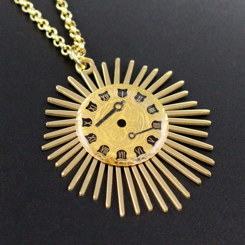 pendentif cadran solaire doré et noir