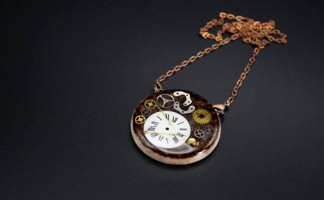 pendentif-rond-montre-disloquee-marron-2-la-manufacture-de-lady-s-bijoux-steampunk